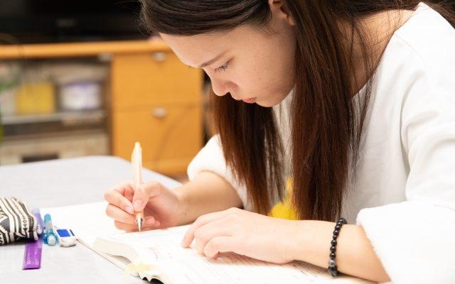 勉強をする女性の姿